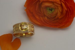 Fotografie eines Breiten Mantrarings mit gelben Saphir