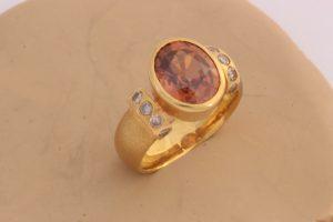 Fotografie eines Rings mit braunem Zirkon und 10 Brillanten