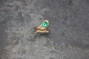 Fotografie eiens Schlangenrings mit Smaragd