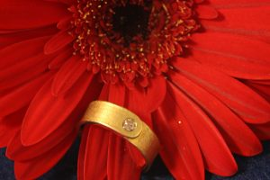 Fotografie eines Goldenen Brillantrings mit strukturierter Oberfläche