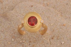 Fotografie eines Ovalen matten Rings mit Spinell und zwei Brillanten