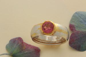 Fotografie ienes Strukturierten Bicolorrings mit pink Turmalin