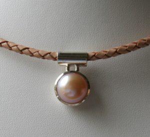 Fotografie eines Perlanhängers mit Rohraufhängung