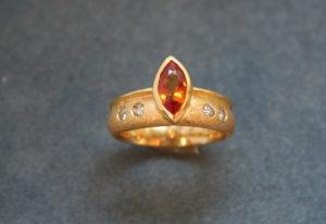 Fotografie einer Gelben Saphirnavette in mattgoldenem Ring